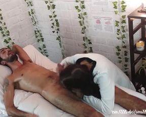 Массажистка подрочила член клиента и довела его до оргазма